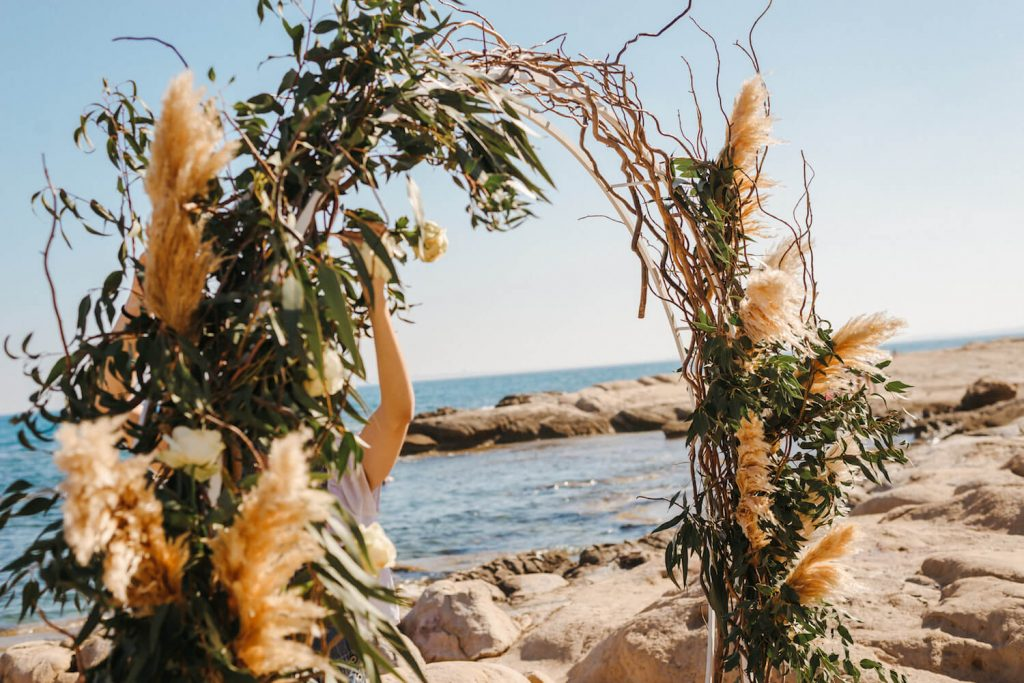 Altar Redondo con Decoración Floral Boho por Malcontenta Fotografía