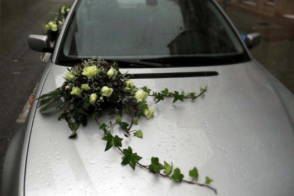 Coche Nupcial con Decoración Floral